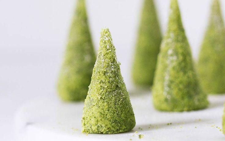 Små, yndige juletræer med marcipan, hvid chokolade, lime og pistacienødder. Limen giver syrligt modspil til den søde marcipan og chokolade, og juletræerne er slet ikke svære at lave. Heller ikke for børn.