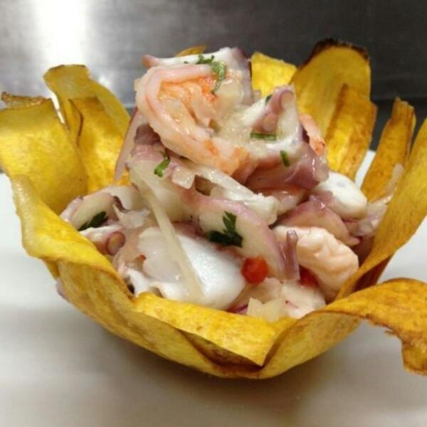 @unplebeyomas considera como uno de los platos sabrosos de Perú al Ceviche Mixto en Cesta de Plátano #ImágenesDeLaSemana
