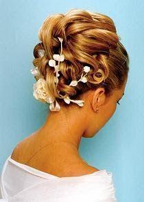 Cabello con moño para novias con una flor abajo que se extiende hacia arriba : Peinados y cortes de cabello