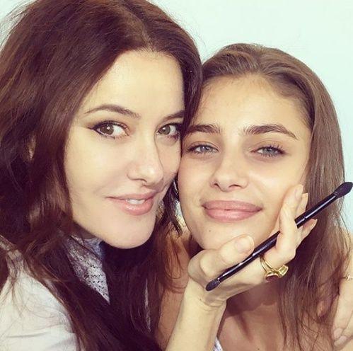 L'astuce make-up de Lisa Eldridge pour avoir le teint flawless de Taylor Hill