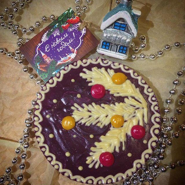С наступающим!!! Решила сыну на тортике новогоднего настроения добавить. За окном метель. Хорошо!!!! Черничный тортик в новом исполнении. И такой же вкусный. #тортыназаказ #торт #веган #веганскаяеда #сыроедение #сыроедныйторт #полезнаяеда #зож #фитнес #здоровоепитание #новогоднийторт #новогоднийподарок #2017год #годпетуха #подарокнановыйгод