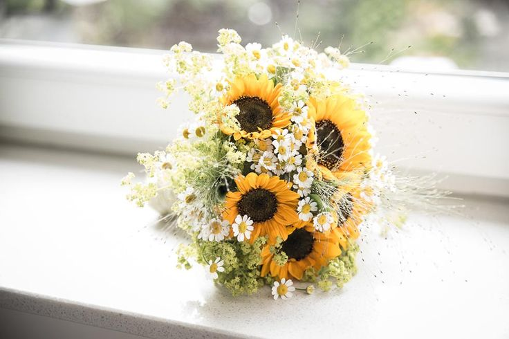 Brautstrauß in Gelb aus Sonnenblumen und Kamillenblüten bei www.weddingstyle.de   Foto: Joachim Müller