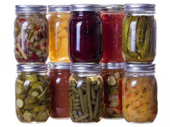 Im Moment gibt es heimisches Gemüse und Obst im Überfluss. Doch diese Zeit ist bald schon wieder vorbei. Unser Tipp: Einkochen.