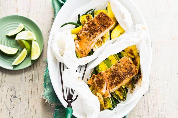 De zalm en groenten garen in eigen vocht: geen vet nodig en de vitaminen blijven behouden - Recept - Zalmpakketje uit de oven - Allerhande