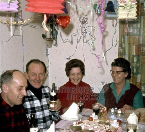 Sylvester, 1965 Rabe/Timeline Images #Feiern #Silvester #Neujahrsfeier #Neujahrstag #31.Dezember #Jahresende #Party #Brauchtum #historisch #retro #historical #Nostalgie #nostalgisch #Partyoutfit  #vintage  #Luftschlangen #partydeko #kariert #Hemd #Bier #Paare #Mann #Frau