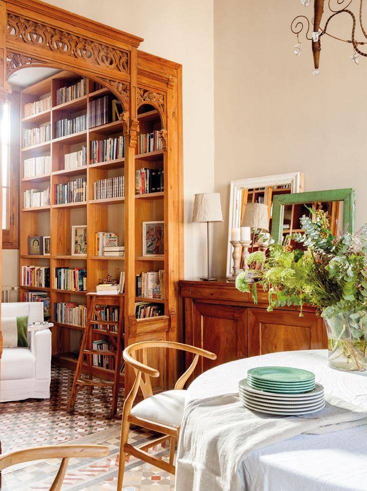 me encanta el marco de madera, le da un toque antiguo al espacio, especialmente al preceder a la biblioteca