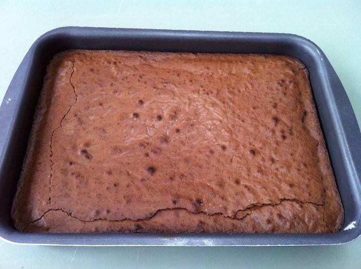 Brownies Van Nigella lawson recept | Smulweb.nl   De lekkerste brownies! Ooit opgeschreven op een bierviltje toen nigella ze op tv maakte. Ik gebruik dit recept altijd, maar minder suiker (350gr). En daarnet las ik dat ik iets niet goed doe ☺️. Ik gooi alles meteen bij elkaar, hier mixen ze verschillende dingen eerst in aparte kommen. Ik blijf het lekker op mijn manier doen, want ze zijn geweldig!