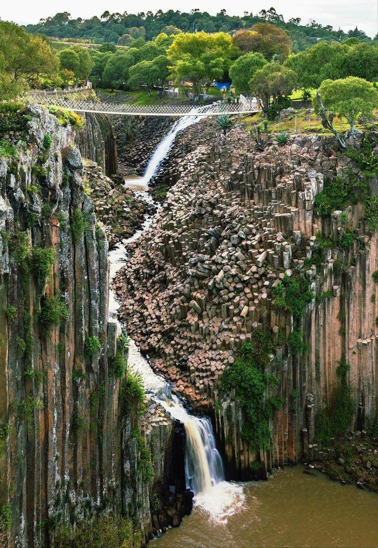 Los Prismas Basalticos en Hidalgo, México. Una cascada sobre prismas basálticos. Por si le faltaran rarezas geológicas en México, ésta cascada y curso de agua fue erosionado por miles de años un paisaje rocoso de prismas basálticos, una formación completamente natural aunque no lo parece. Se llaman prismas basálticos de Santa María Regla en el municipio de Huasca de Ocampo, estado de Hidalgo, México.