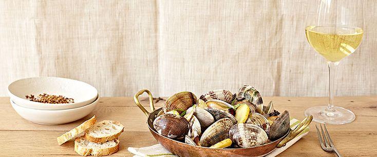 Σαράντα κρασιά για τη σαρακοστή, με οδηγίες χρήσεως για τα πιο ωραία food pairings, κι επίσης τα αποστάγματα που θα μας σώσουν σε ενδεχόμενο οινικό ναυάγιο...