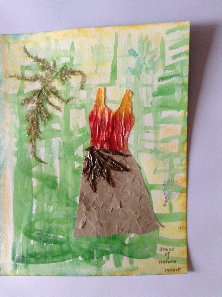 Opdracht: jurk Dress of Nature Papieren zakdoek, geverfd  Pakpapier, in stukjes gescheurd  Een gedroogd blad van een boom Een stukje kerstversiering