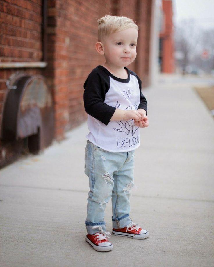 mode-enfants-garçons-printemps-jeans-déchirés-blouse-noir-blanc-sneakers