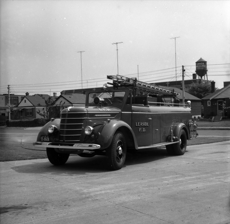 Leaside fire department pumper beside Leaside Municipal Building, at McRae Drive and Randolph Road, in 1955.