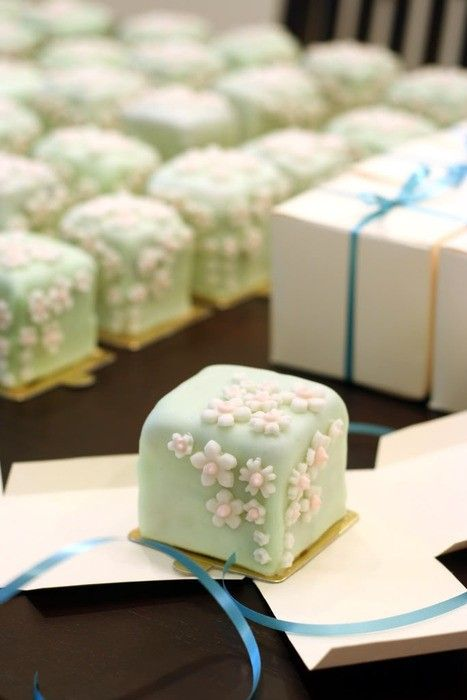 wagashi. japanese_sweets. frowers. More Big Cakes, Minis Cakes, Wedding Food, Little Cakes, Petite Four, Yummy Food, Individual Cakes, Wedding Favours, Japanese Sweet Individual cakes Wagashi Japanese sweets Flower mini cakes Individual cakes-rather than one big cake? Petit fours~ Wedding Favours I want these cute little cakes for my guest