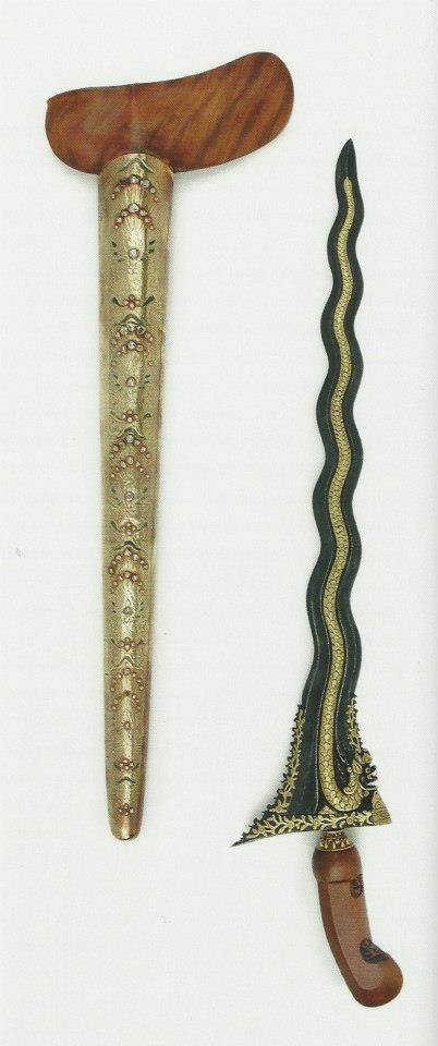 KERIS Naga luk 11 pemberian dari Pangeran Ngabehi dari Yogyakarta. Museum Etnologi Leiden mendapatkan keris berpendhok rinaja werdi bertatahkan berlian ini pada tahun 1893 dengan membelinya dari mantan Gubernur Jendral Hindia Belanda 1861-1866, Baron Sloet van de Beele. Dimensi panjang bilah 47 cm... PakBo