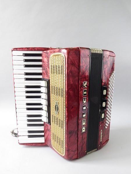 Un accordéon Delicia, modèle Carmen II. Dans sa mallette. Estimé 150-200 euros.  Aux enchères le 15 septembre 2017 au Crédit Municipal de Paris