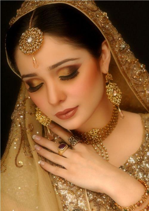 Amazing bridal makeup, Maang tikka, necklace, earrings, Indian bridal jewellery