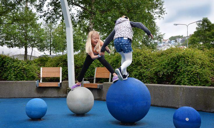 Skolejenter som har det gøy i lek. Urban lekeplass med lekeplassutstyr fra Rampline. Morsom og utfordrende balanselek for alle aldersgrupper med Rampball balansekuler.