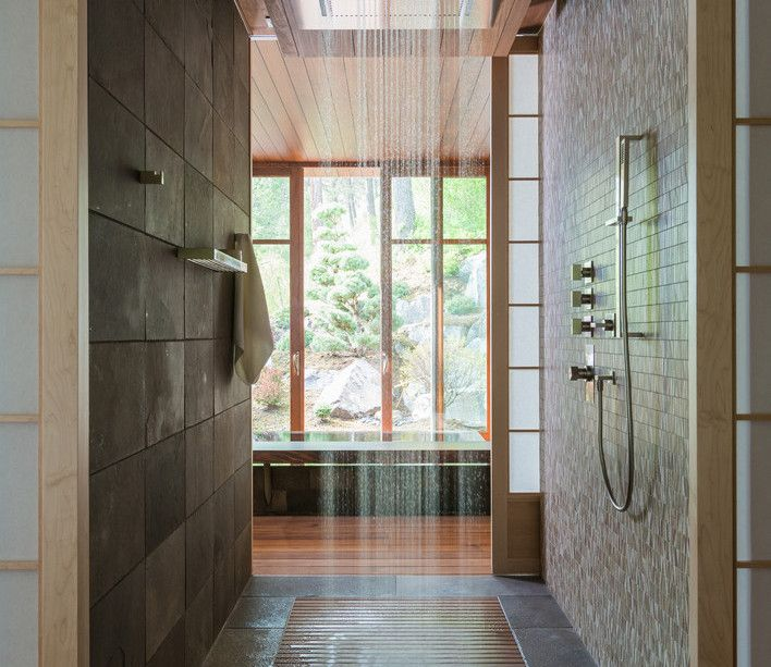 Lindo banheiro com teto diferenciado.