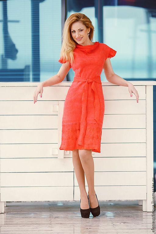 Нежное красивое платье. Сочетание тончайшей шерсти и натурального шелка. Подол украшен ажурным орнаментом.  Платье кораллового цвета - мечта любой стильной модницы.