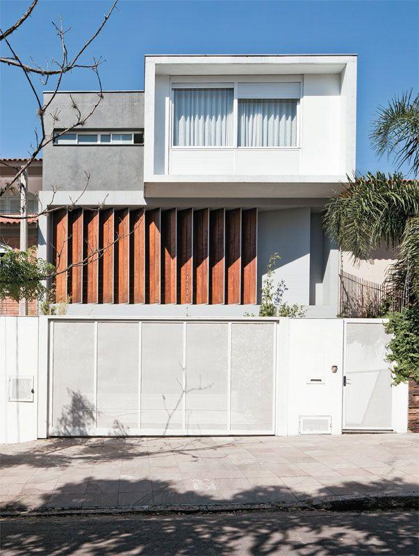 Casa em Porto Alegre usa brises para se proteger do sol - Casa