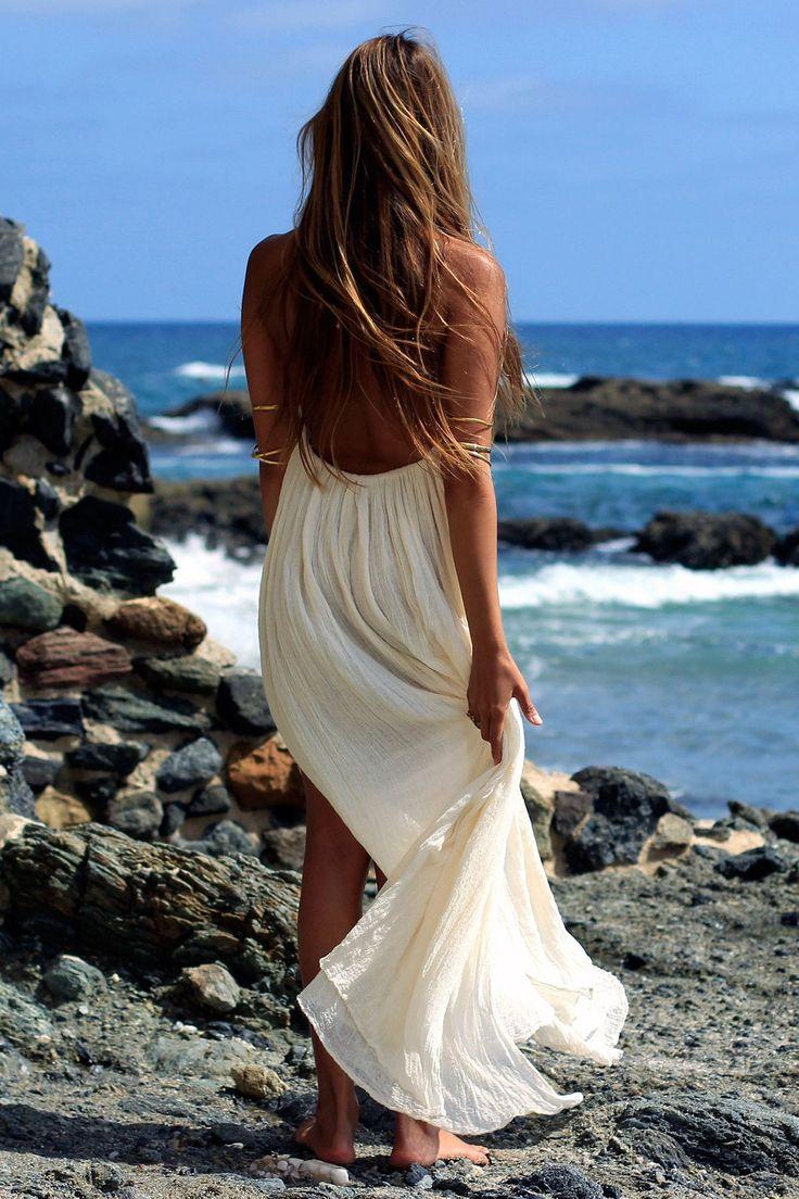 женщина мечтает вечернее платье сзади у моря фото где сейчас