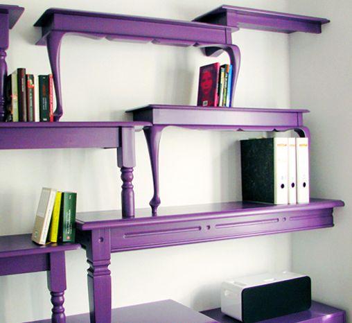 Boekenkast gemaakt van kleurig geverfde tafels...