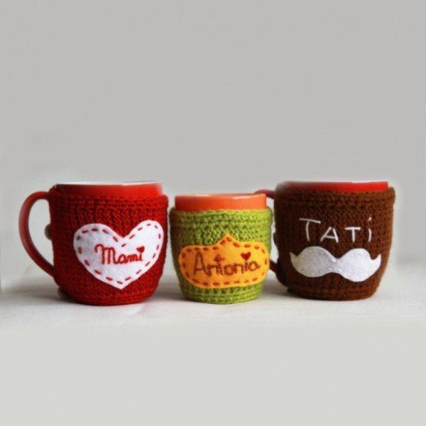 Ciocolata calda cu scortisoara, cafea sau un ceai cu arome de sarbatoare….le puteti tine calde mai mult timp cu aceste hainute crosetate si cusute manual. Numele se pot personaliza.Pretul include si cana si este pe set.