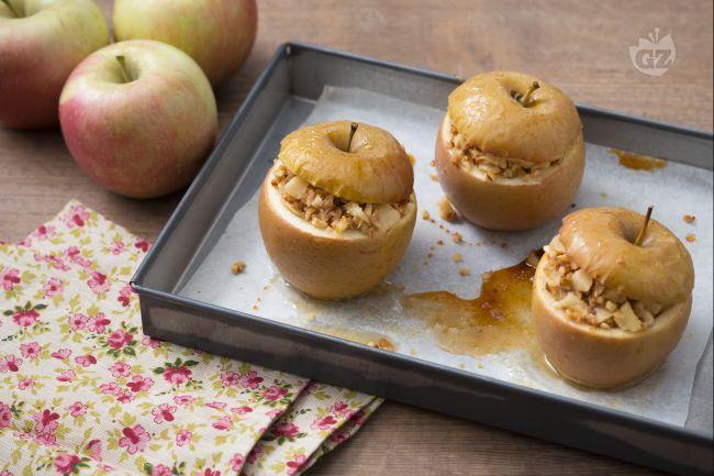 Le mele al forno ripiene sono un dessert al cucchiaio rustico e facile da realizzare, perfette come fine pasto o per una merenda alla frutta genuina.