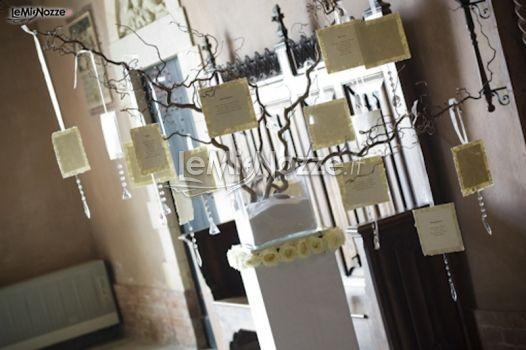 http://www.lemienozze.it/gallerie/foto-fiori-e-allestimenti-matrimonio/img4691.html  Tableu per il matrimonio allestito sui rami da decoro