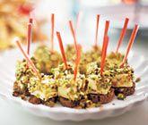 Att panera brieost tillsammans med honung och pistagenötter är supergott och passar utmärkt att servera som tilltugg eller aptitretare vid större bjudningar eller andra festliga tillfällen. Lägg gärna den panerade brieosten på en skiva bröd.