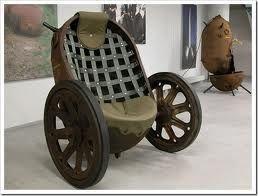 Deze stoel op wielen is gemaakt van een oude zeemijn.