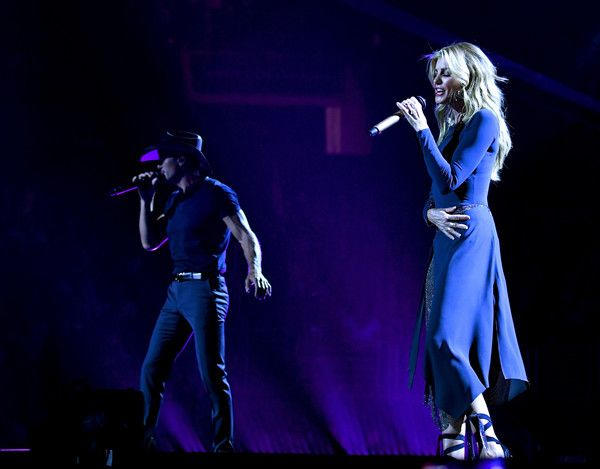 """Faith Hill Photos - Tim McGraw (L) and Faith Hill perform onstage during the """"Soul2Soul"""" World Tour at Staples Center on July 14, 2017 in Los Angeles, California. - Tim McGraw and Faith Hill Perform at the Staples Center"""