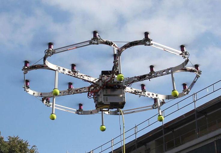 アイアンバード(Iron Bird)。ドイツに本部を置くカールスルーエ大学によって開発されたクローバー形状のマルチコプター。鳥の衝突などでモーターに障害が発生した場合のシミュレーションなどを行う。