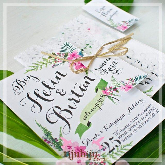 Plum Forest Davetiye Kır düğünü deyince; yeryüzünün yaşam müjdesi yeşillikler ve baharda açan meyve çiçekleriyle buluştuğu, taptaze bir birlikteliğin doğanın uyanışıyla kutsandığı, ısısıyla, mevsimiyle duyguların çoştuğu düğünler gelir aklımıza. Baharda açan çiçekler gelir. Foresty handmade vintage wedding invitation
