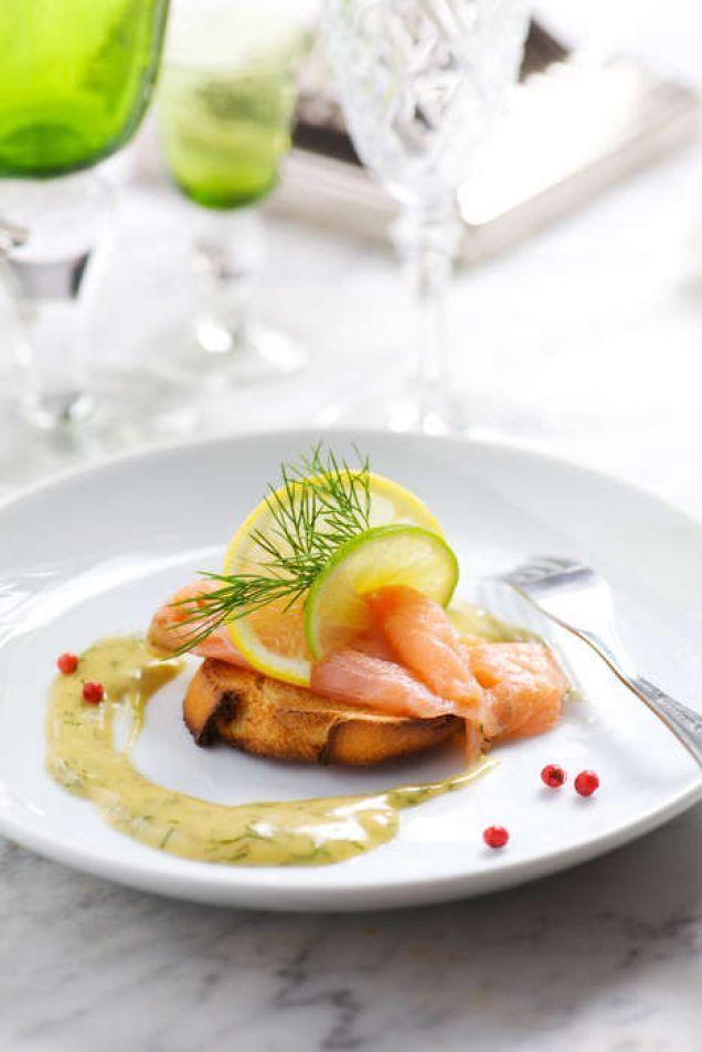 Starta middagen med en förrätt på gravad lax och hovmästarsås på en toast. Gott och festligt.