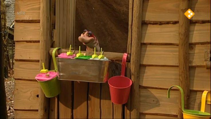 Thema: Zomer & Gezondheid. Moffel en Piertje krijgen een lekke band met hun nieuwe ijskar. Piertje loopt terug naar huis om bandenplak te halen, terwijl Moffel op de ijsjes let die in de warme zon staan.