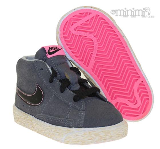 Nike Blazer - baskets enfant - Gris, blanc et rose Enfin Nike nous propose  la Blazer pour enfant ! Et en plus les couleurs sont franchement  sympathique.