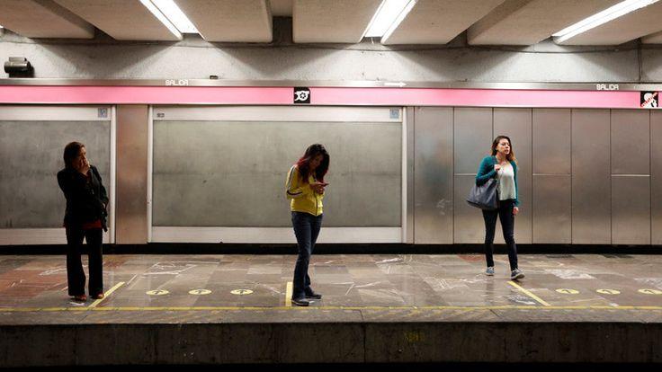 ICYMI: FUERTES IMÁGENES: Un esquizofrénico empuja a una mujer a las vías del metro en la Ciudad de México