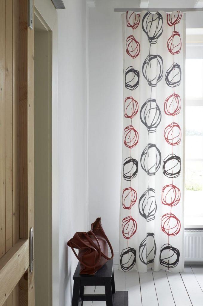 Gordijn Idee van Vadain heeft een bijzonder drukdessin op een 100% katoenen halfpanama kwaliteit. Door het cirkeldessin krijgt je kamer direct een moderne uitstraling. De stof is verkrijgbaar in rood/wit en in zand/grijs.
