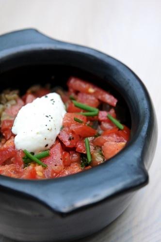 Fondue d'aubergines sur lit de quinoa à la noix de cajou et son tartare de tomates.