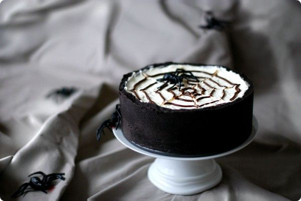 """Cake """"spider web"""" for Halloween, chocolate and cheese"""