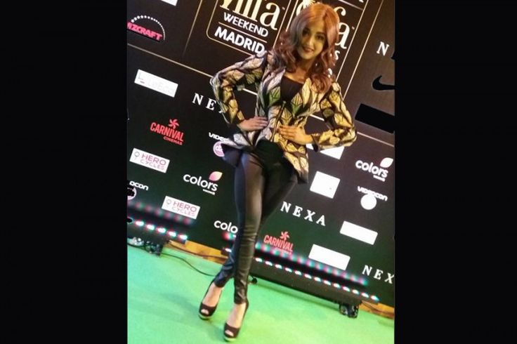 Monali Thakur looked ravishing in black at IIFA 2016 green carpet. #IIFA2016