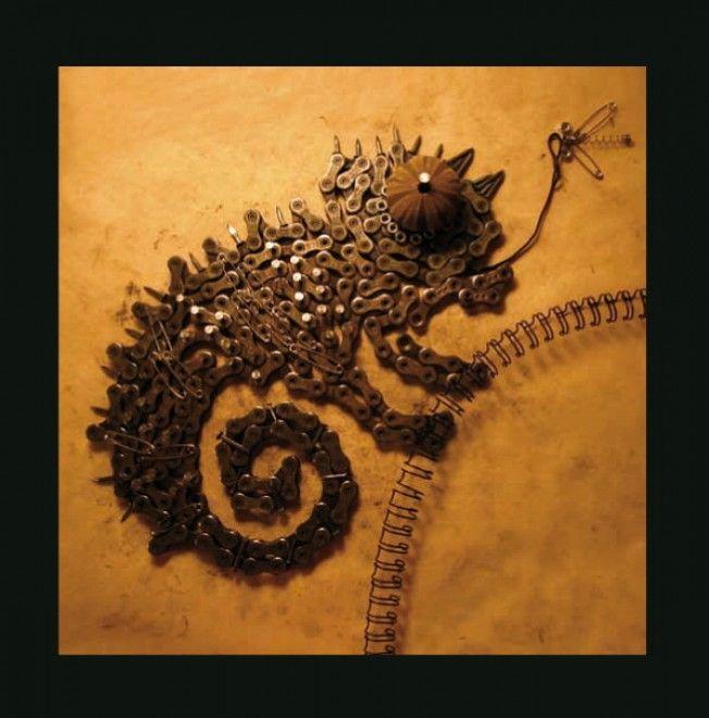 Nella  sua collezione  'Ferrabestiario degli Animetalli' Luca Storero propone  una versione 'da  ferramenta' di animali e insetti. Chiodi, viti,  bulloni, graffette,  catene e ingranaggi vengono assemblati - anche  prendendo ispirazione dai  bestiari medievali - e danno vita a mantidi,  elefanti, me