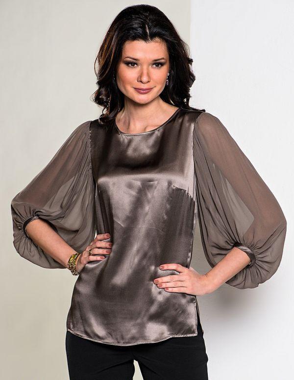 Роскошная блузка выполнена из комбинации шёлкового атласа и воздушного шёлкового жоржета. Эффектные рукава придают образу женственность.