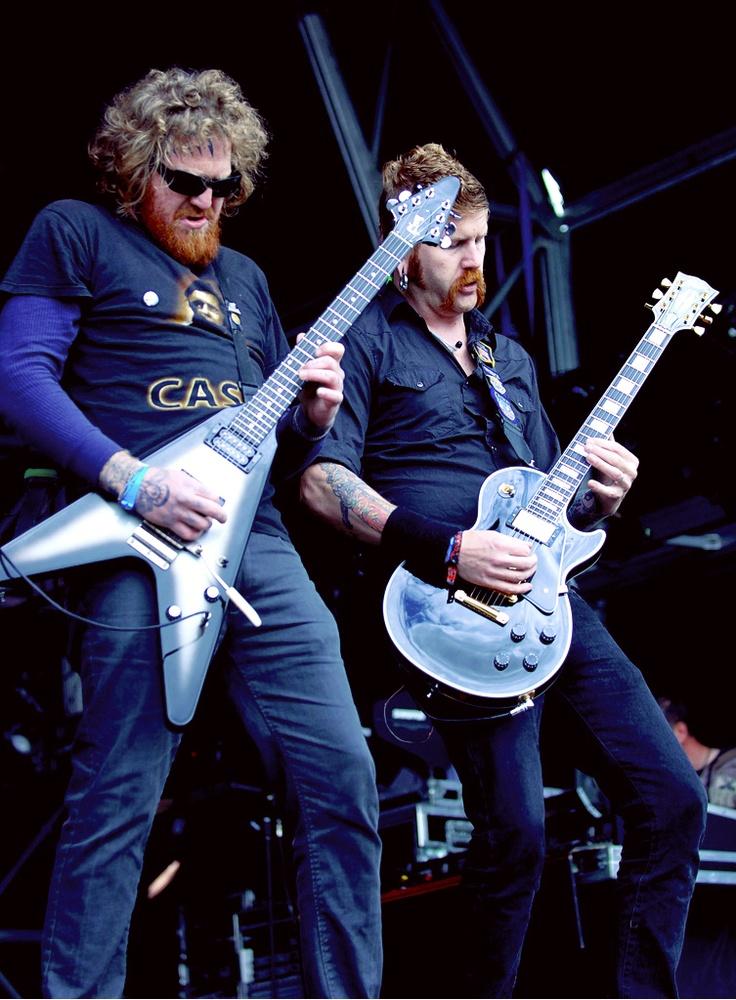 Brent Hinds & Bill Kelliher: Mastodon is een Amerikaanse band die qua stijl tussen hardcore, hardrock en metal in zit. De band, die actief is sinds 1999, is door zijn diverse invloeden niet makkelijk in een genre in te delen.