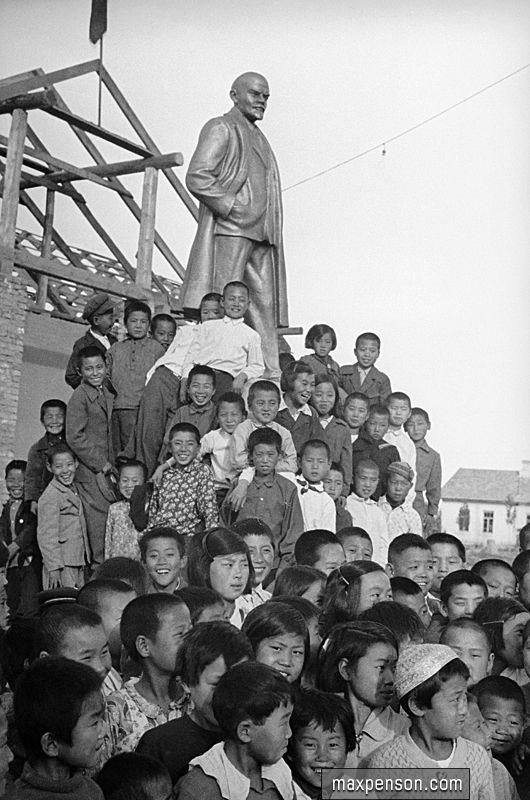 Корейские дети у памятника Ленину. Узбекистан 1930-е годы - Корё-сарам — Википедия