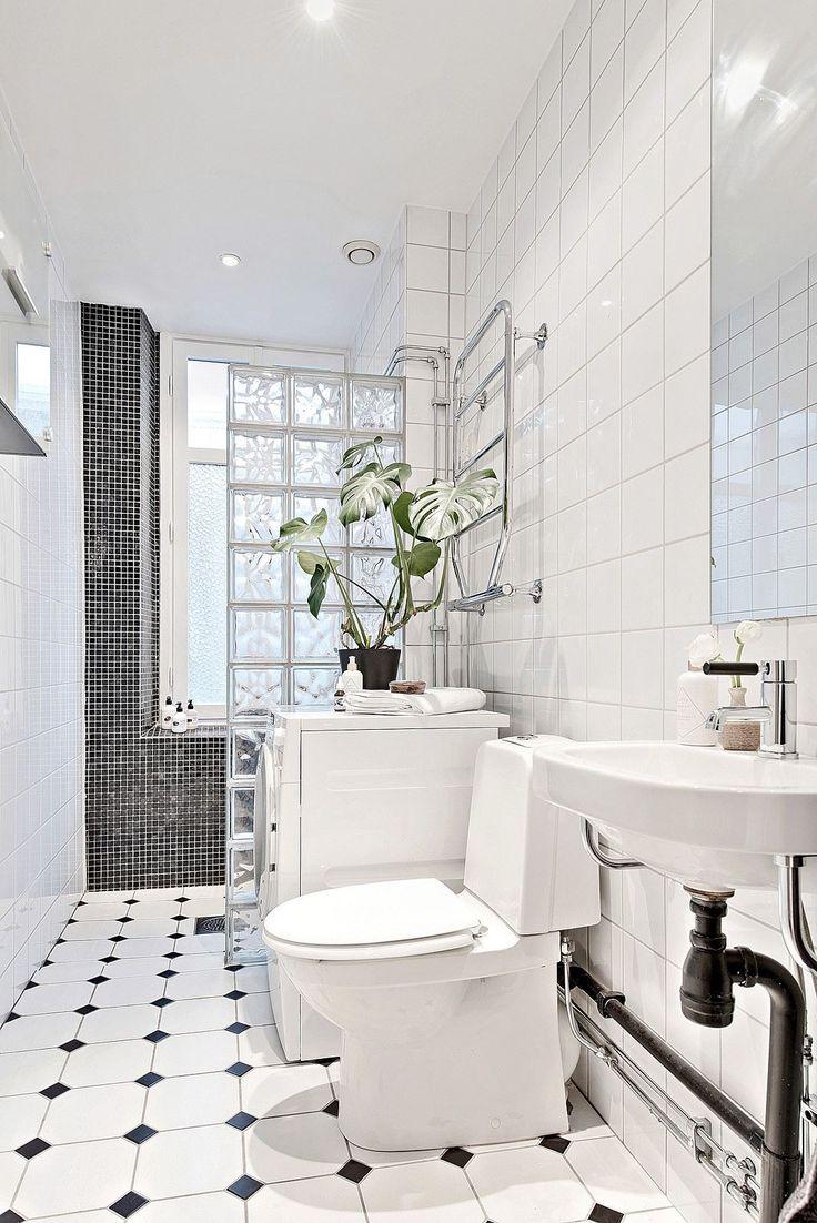 Helkaklat badrum med tvättmaskin. Karl Johansgatan 61 - Bjurfors