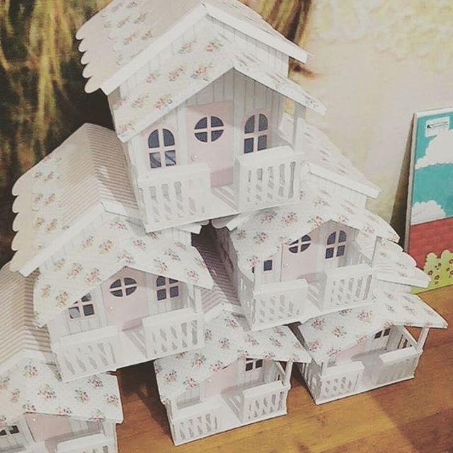 Casinha de bonecas em papel para lembrancinhas ou centro de mesa