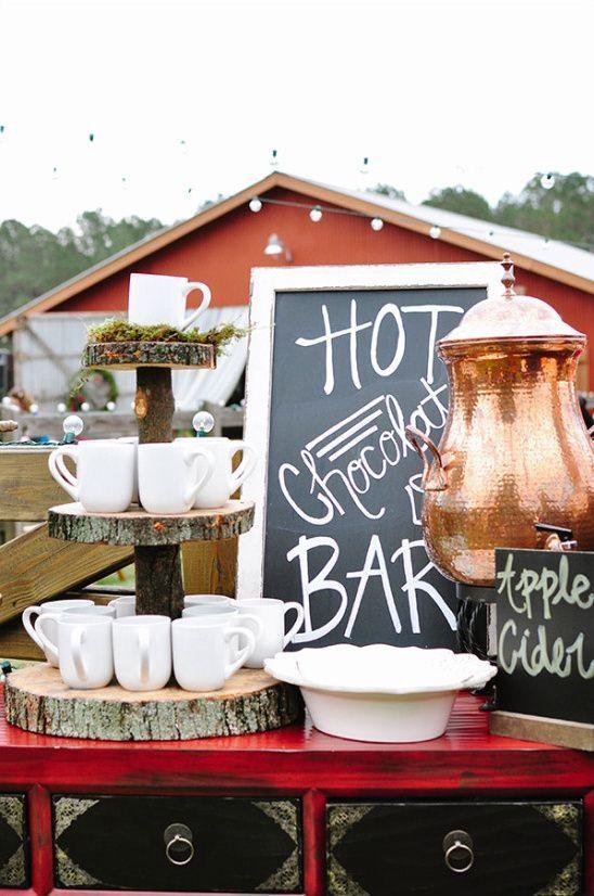 Una decoración de coffee bar rústica vintage para una boda al aire libre acompañada de un chocolate y apple cider bar. Really cool!