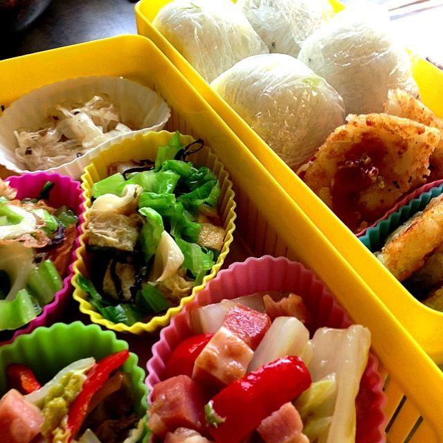 [備忘録①] ある日のピクニックのお弁当 - 2件のもぐもぐ - 手前から時計回りに、1.白菜とパプリカの中華炒め、2.キャベツと薄揚げのおひたし、3.オニオンスライス、4.たくわん&かぶの茎の漬物を混ぜたおにぎり、ハッシュドポテトwithケチャップマスタード by ariyasmith